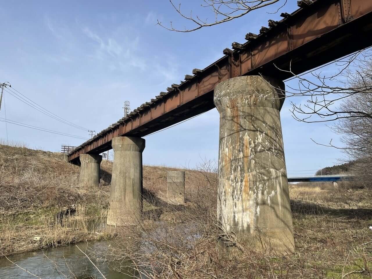 木材工場へ木材を運搬するために使われていた線路と鉄橋